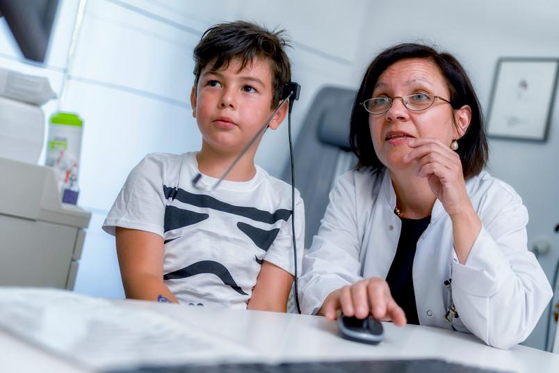 Katrin Neumann spricht mit einem ihrer jungen Patienten.