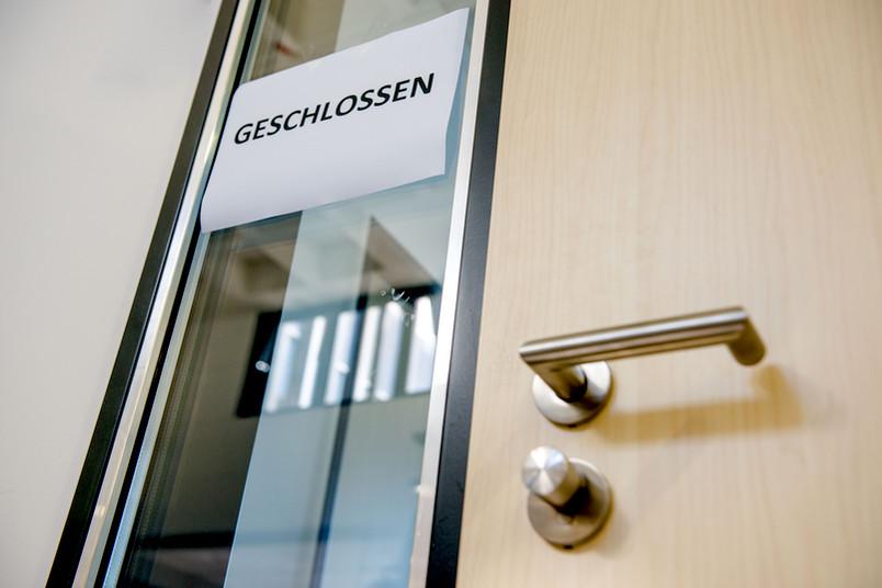 Geschlossen-Schild vor einer Tür.