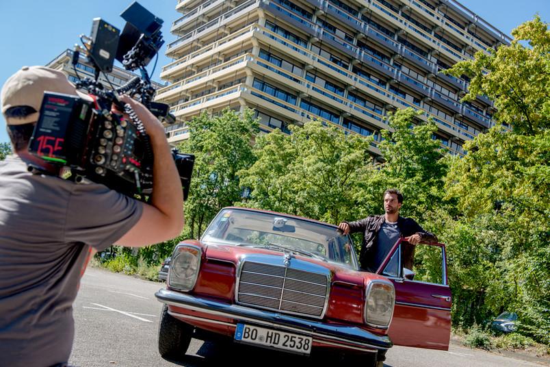Zurück an der RUB: Hauptdarsteller Kai Schumann auf einem Parkplatz südlich der G-Gebäude. Gedreht wird diesmal vor allem auf dem Forum, in NA und im Botanischen Garten.