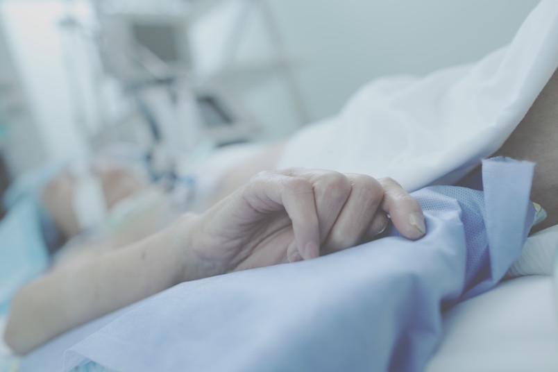 Hand eines Sterbenden auf der Intensivstation