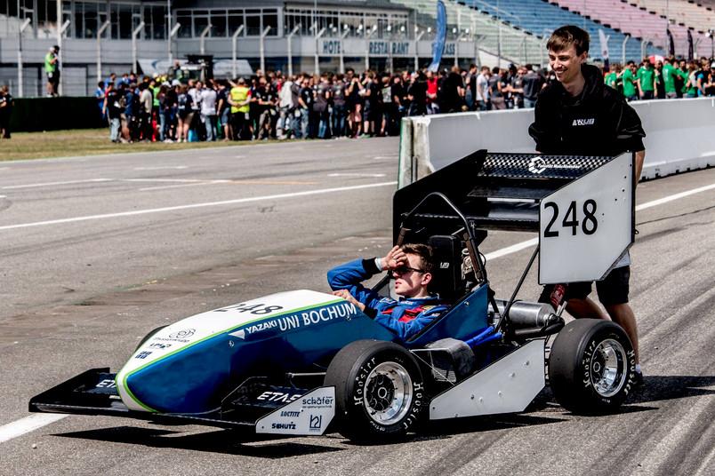 Auto von RUB-Motorsport  mit Studenten auf dem Hockenheimring