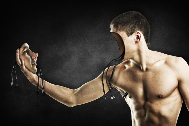 Mann mit Kabeln, der sein Gesicht in der Hand hält