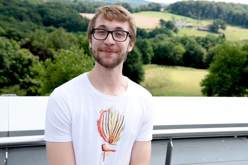 Student steht vor dem grünen Lottental in Bochum.