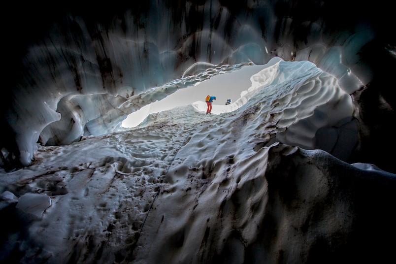Andreas Pflitsch seilt sich in die Gletscherhöhle auf dem Mount Hood ab.