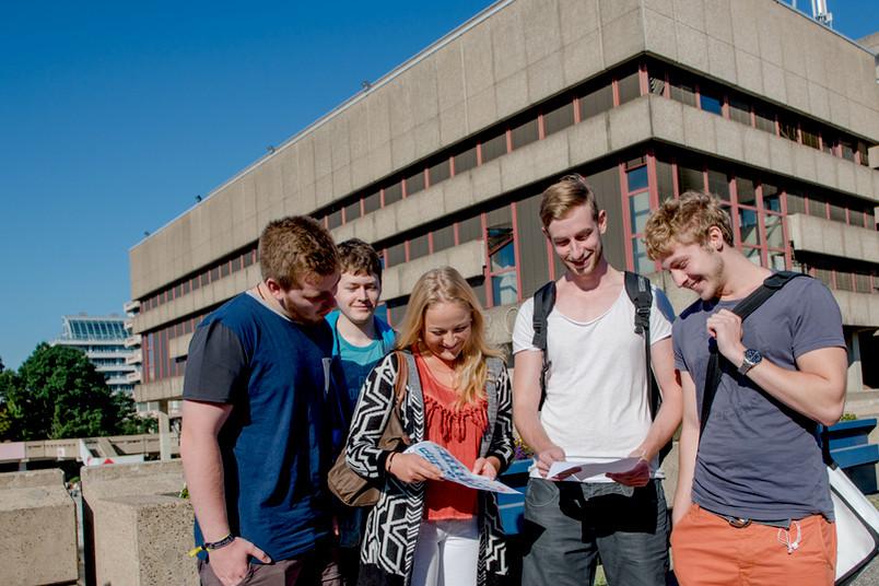 Fünf Auszubildende der RUB bei der Campus-Rallye.