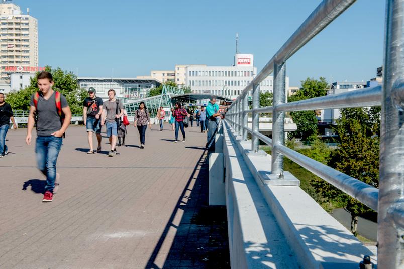 Unibrücke mit Fußgängern und den neuen Geländererhöhungen