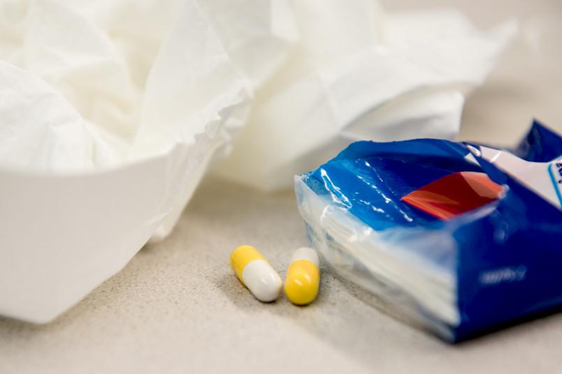Taschentücher und Pillen