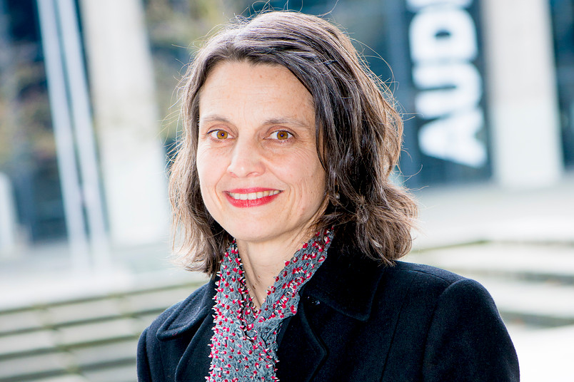 Annette Hafner bringt ihr Wissen um Holz als Baustoff in die Waldstrategie der Bundesregierung ein.