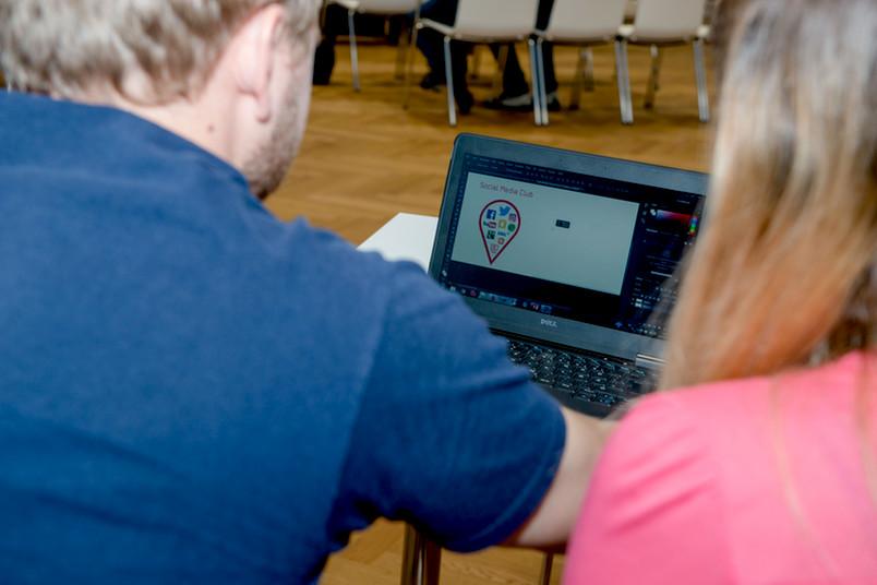 Zwei Personen vor einem Bildschirm