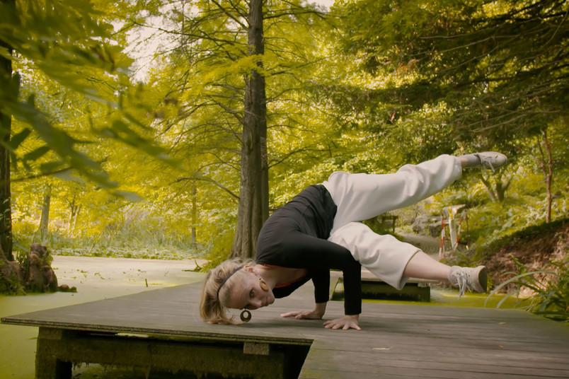 Tänzerin auf einem Steg im Botanischen Garten.
