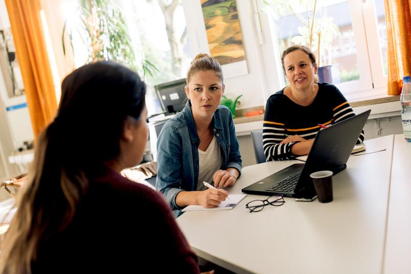 Redakteurin Michaela Wurm (rechts) begleitete Talentscout Mira Stepec bei ihrer Arbeit.