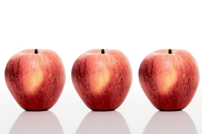 Drei identische Äpfel