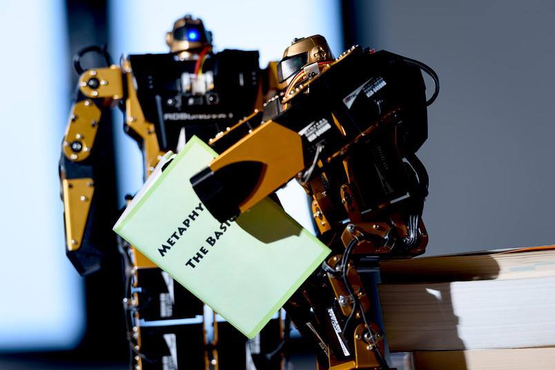 Roboter lesen ein Buch