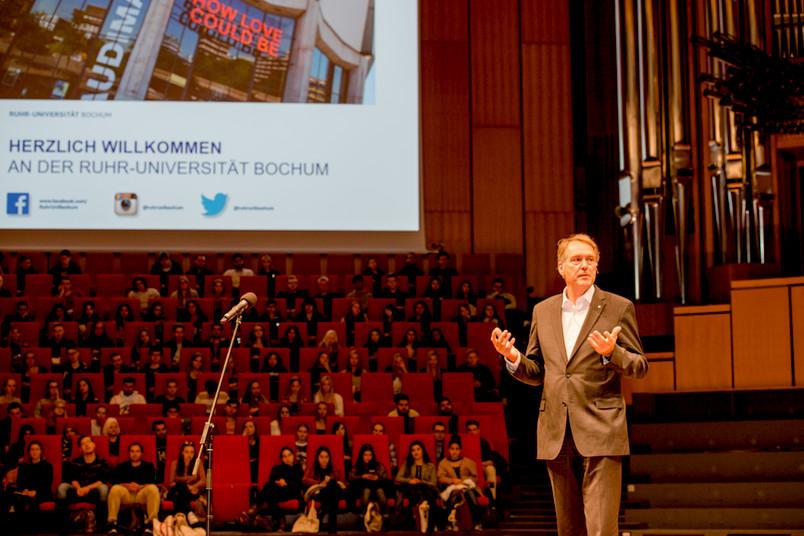 Rektor Prof. Dr. Axel Schölmerich begrüßt die Erstsemester im voll besetzten Audimax.