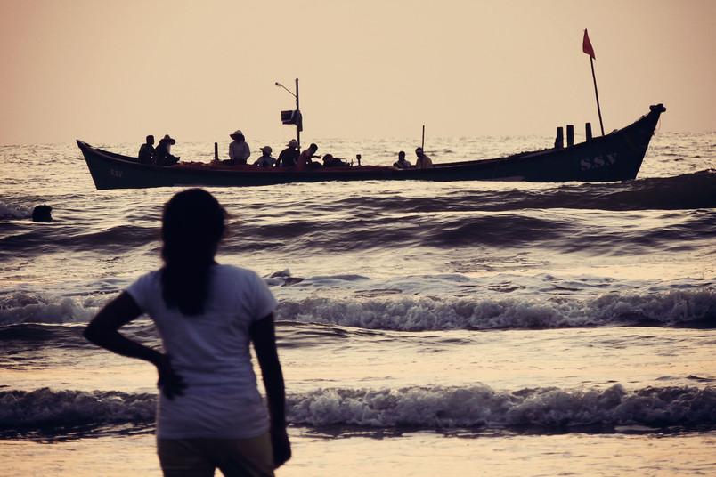 Silhouette einer Frau, die auf das Mittelmeer blickt