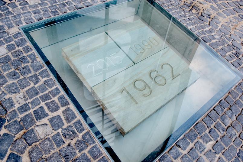 Der Grundstein der Ruhr-Universität Bochum liegt nun unter einer Glasplatte auf dem Forum am Audimax.