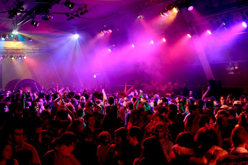 Menschenmenge im Discolicht bei einer Party in der Mensa.