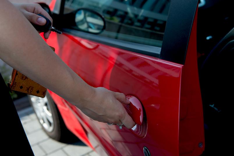 Frau öffnet Autotür