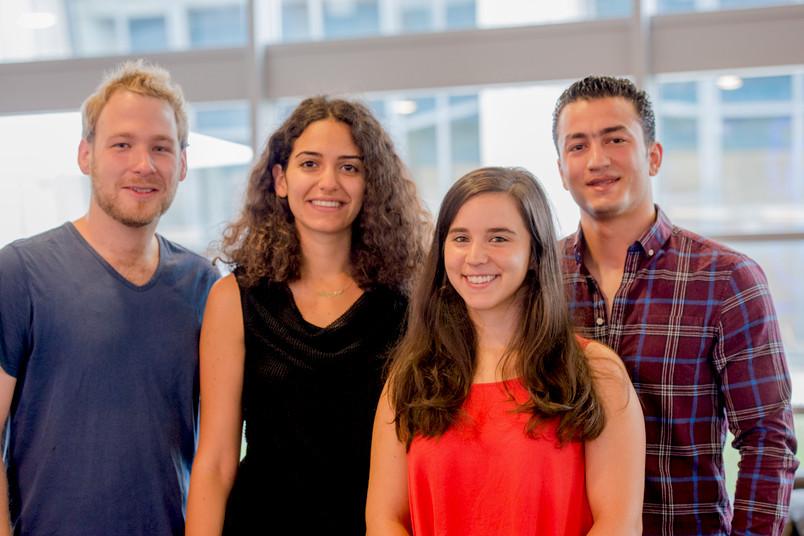 vier Studierende, zwei junge Frauen und zwei junge Männer