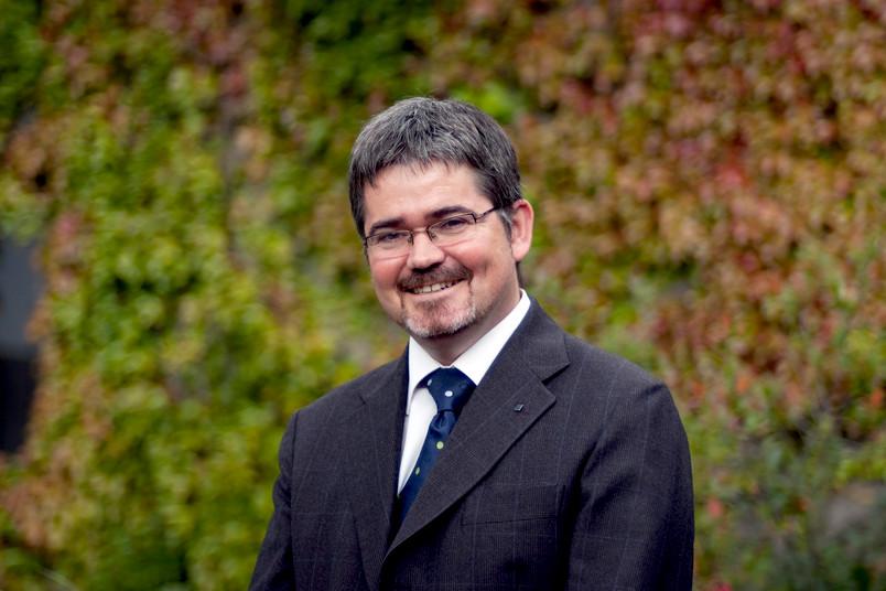 Porträt eines Mannes vor grünem Hintergrund