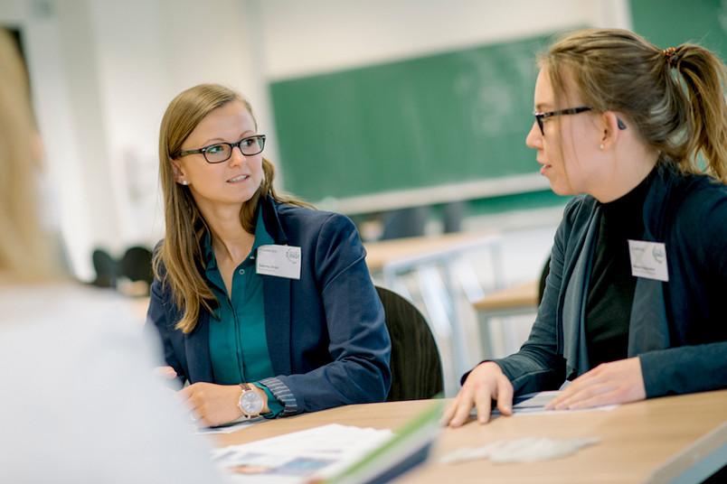 Studentin und Personalmitarbeiterin sind im Gespräch.