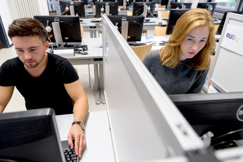 Menschen in einem Testlabor