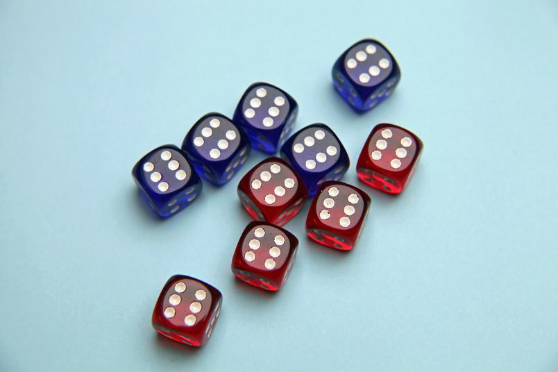 fünf rote und fünf blaue Würfel, die allesamt die Zahl Sechs zeigen