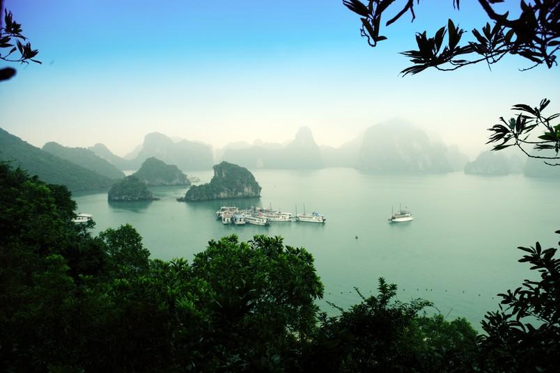Von Wasser umgebende Felsen im Nebel mit Booten