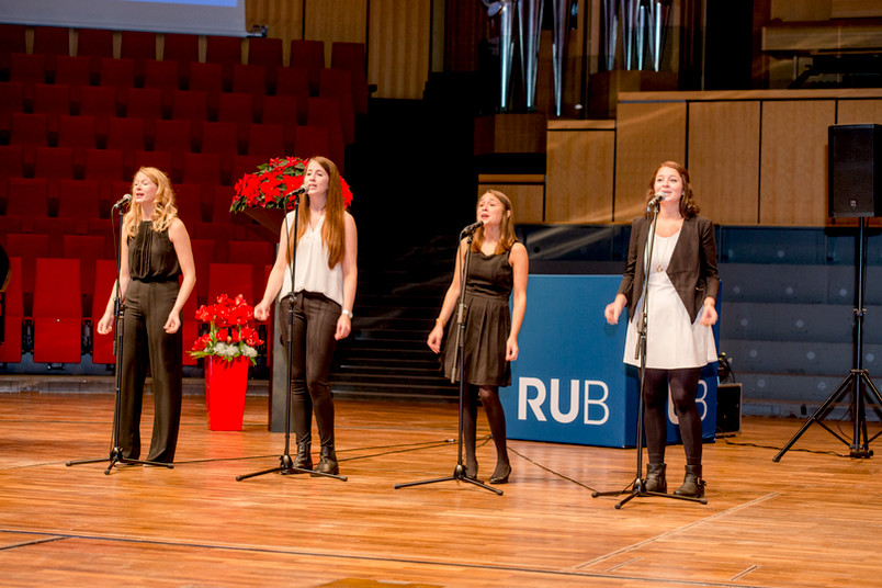 vier junge Sängerinnen in festlichen Kleidern