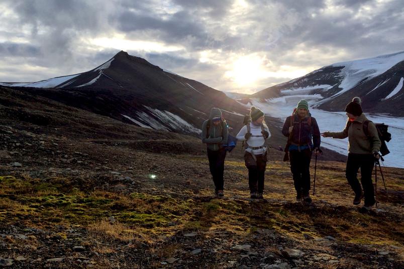 Eine Gruppe Studierender wandert durtch eine eisige Landschaft in Spitzbergen.