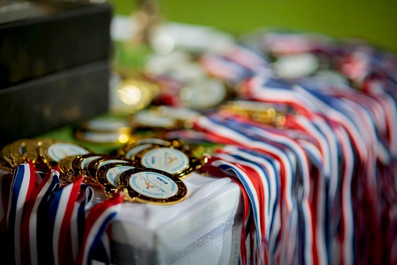 Medaillen liegen auf einem Tisch.