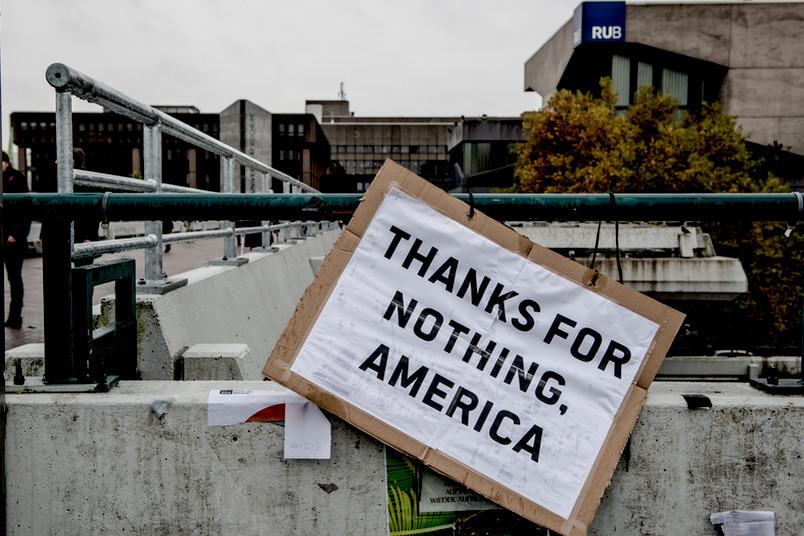 """Schild auf Unibrücke mit der Aufschrift: """"Thanks for nothing, America. """""""