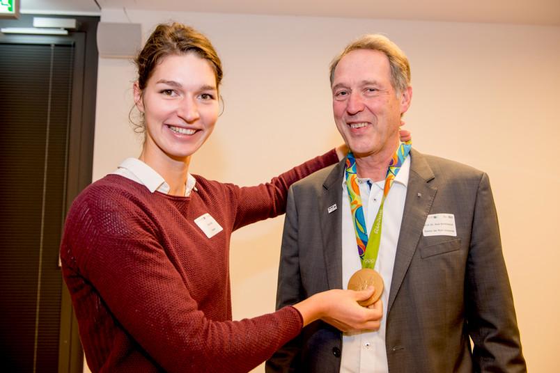 Carina Bär hängt Rektor Schölmerich ihre Goldmedaille um den Hals