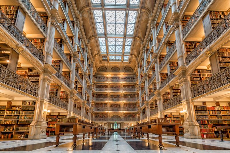 Blick in eine riesige Bibliothek auf mehreren Etagen