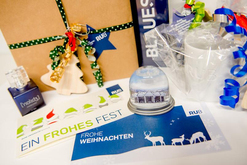 Eine Auswahl weihnachtlicher Produkte aus dem Unishop
