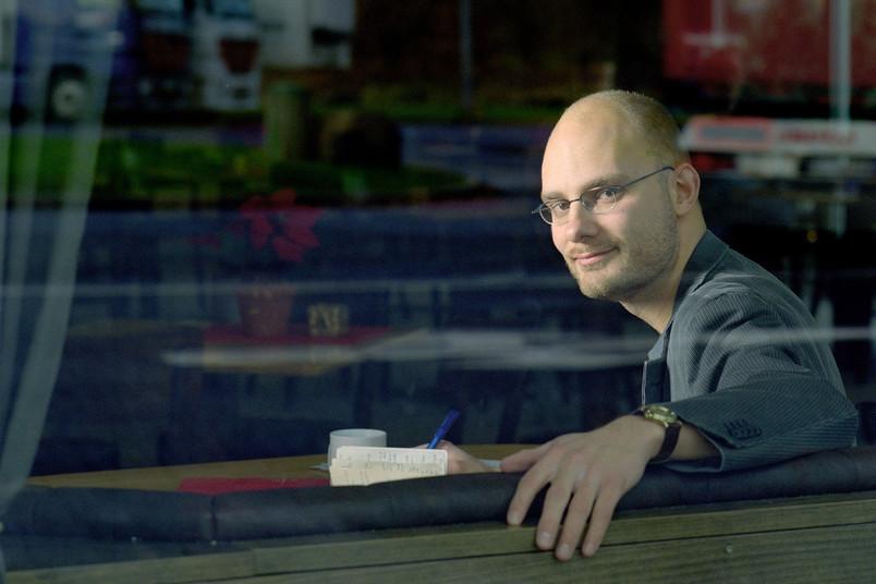 Porträt eines Mannes hinter einem Schaufenster