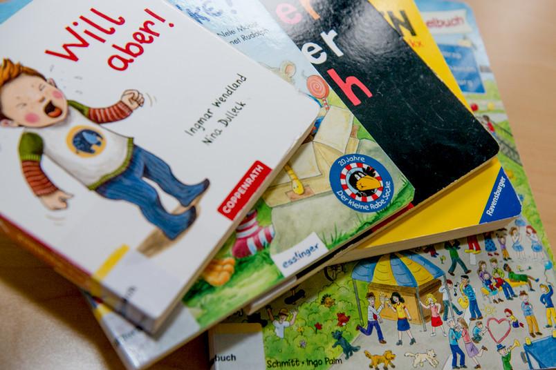 Ein Stapel Bilderbücher.