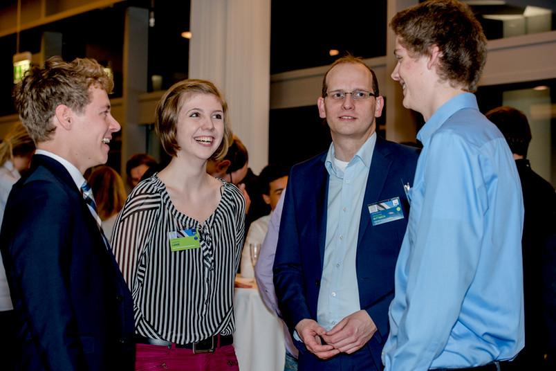 Gesprächssituation bei der Stipendienfeier im Veranstaltungszentrum