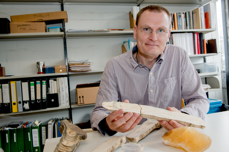 Forscher mit Stalagmit