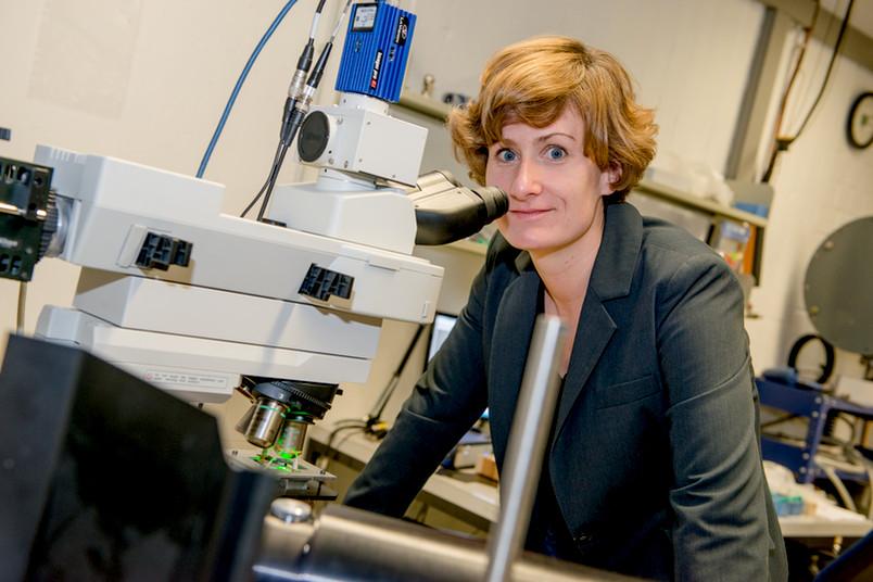 Forscherin im Labor mit Mikroskop
