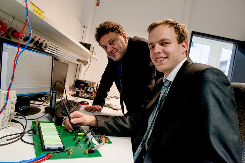 Zwei Forscher im Labor mit elektronischem Equipment