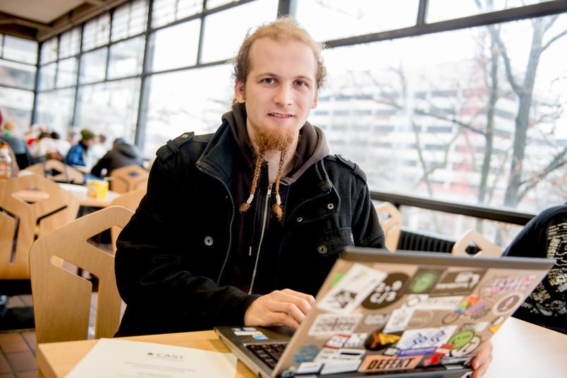 Porträt eines jungen Mannes mit Laptop