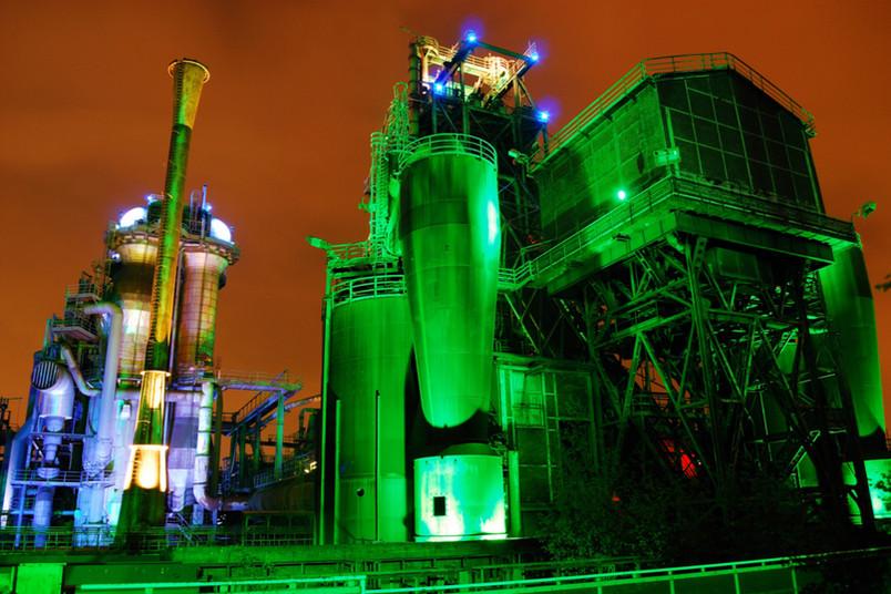Grün beleuchtete Industriebauten.