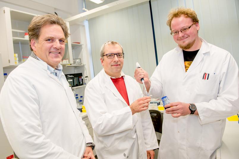 Drei Forscher im Labor.