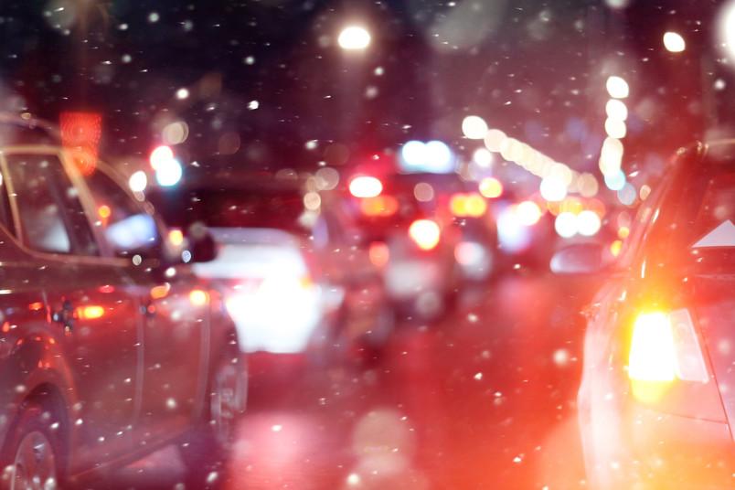 Stehende Autos im Schnee