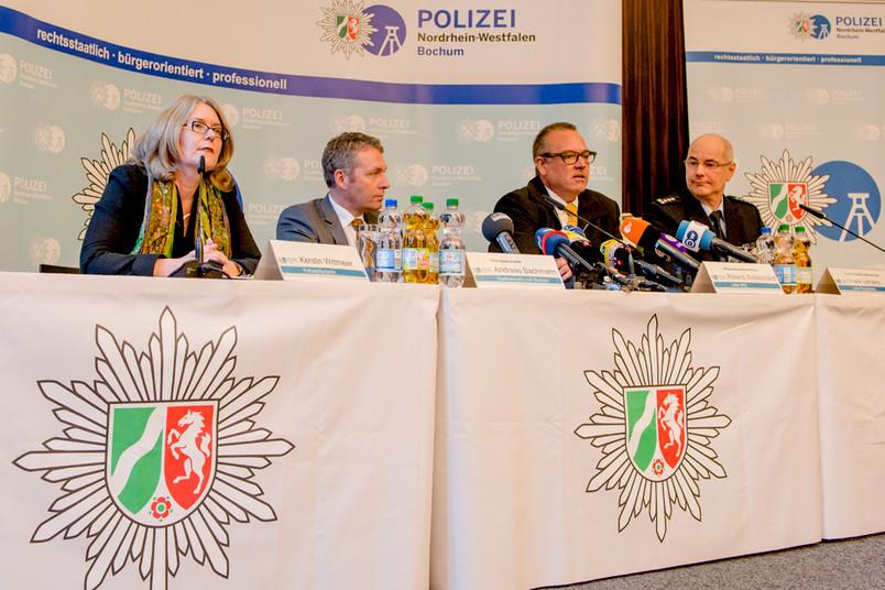 Podium bei einer Pressekonferenz im Bochumer Polizeipräsidium