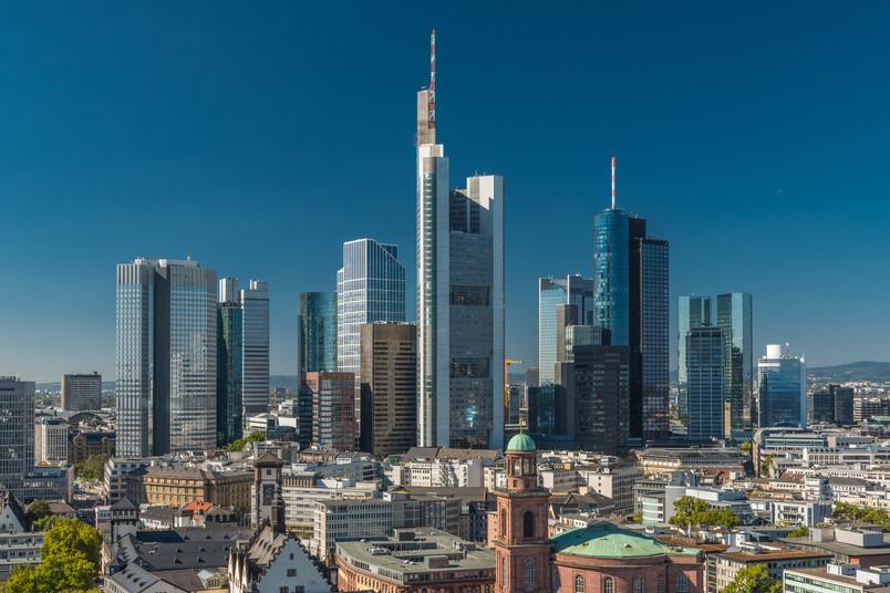 Frankfurter Skyline mit zahlreichen Hochhäusern und dem Römer im Vordergrund