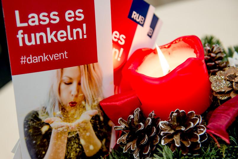 Eine rote Kerze in einem Adventsgesteck