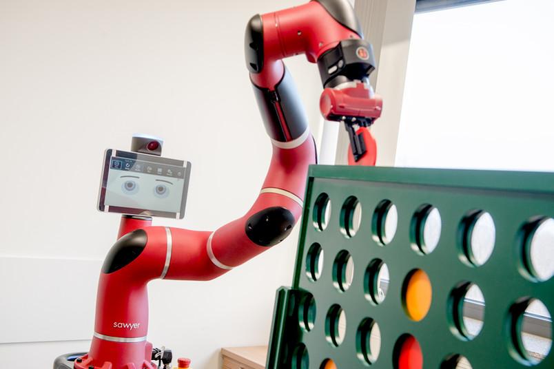"""Roboter spielt """"Vier gewinnt""""."""