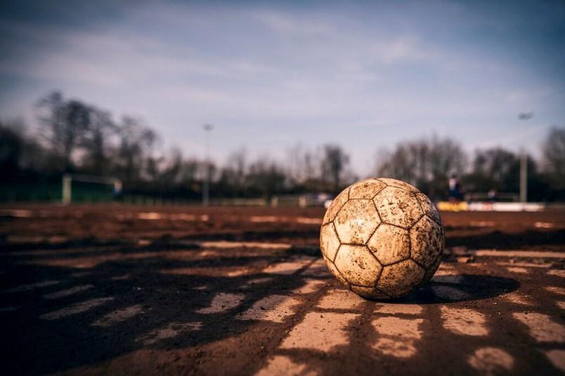 Fußball auf einem Sportplatz.